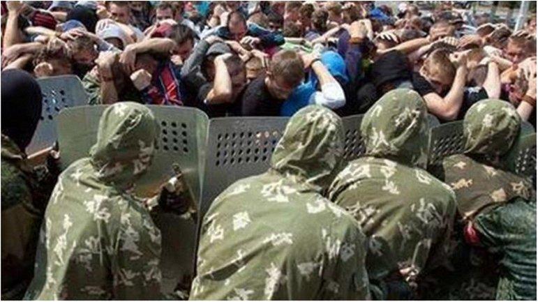 В Луганске террористы муштровали мирное население бороться с ОБСЕ. - фото 1