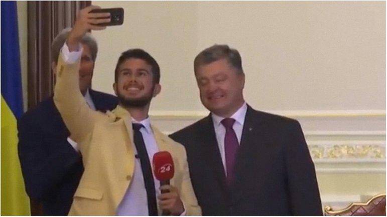Политики не без удовольствия разрешили журналисту сделать с ними селфи. - фото 1