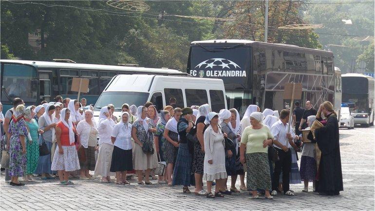 Паломников в центр Киева привез автобус футбольного клуба. - фото 1