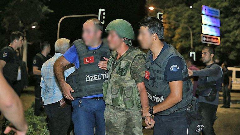 Солдат и кадетов задержали сразу после переворота - фото 1