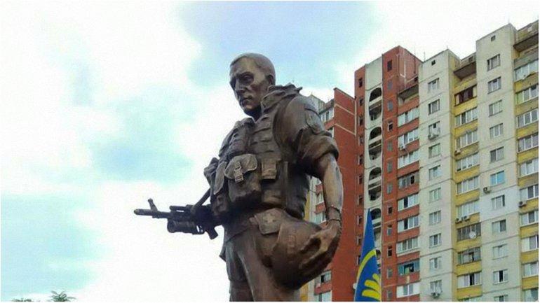 Первый памятник воину-добровольцу в Киеве - фото 1