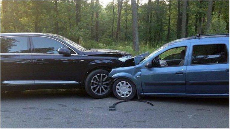 """""""Укрзализныця"""" уволила чиновника, влетевшего в авто журналиста - фото 1"""
