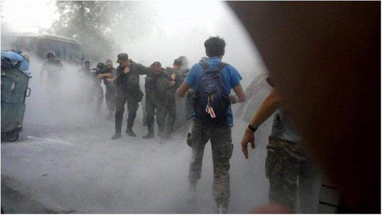 Под зданием суда начались стычки добровольцев с правоохранителями - фото 1