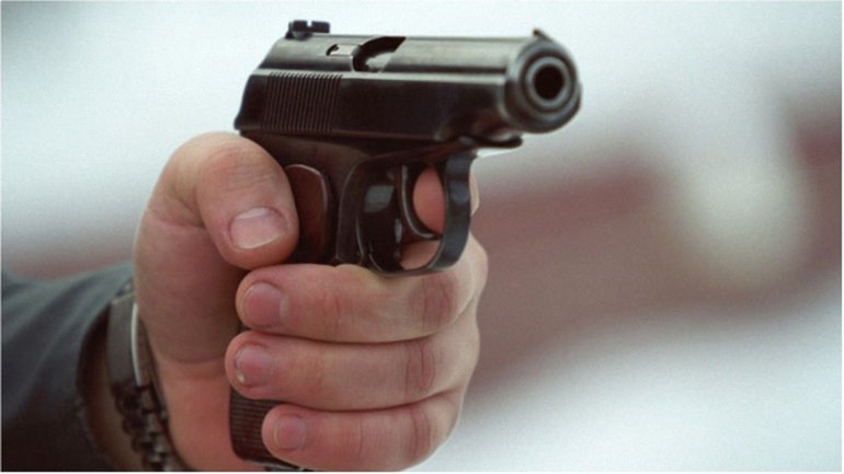 Двое мужчин решили выяснить отношения с помощью оружия  - фото 1