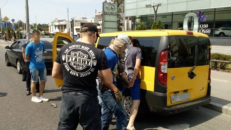 Спецслужбы провели задержание прямо на улице - фото 1