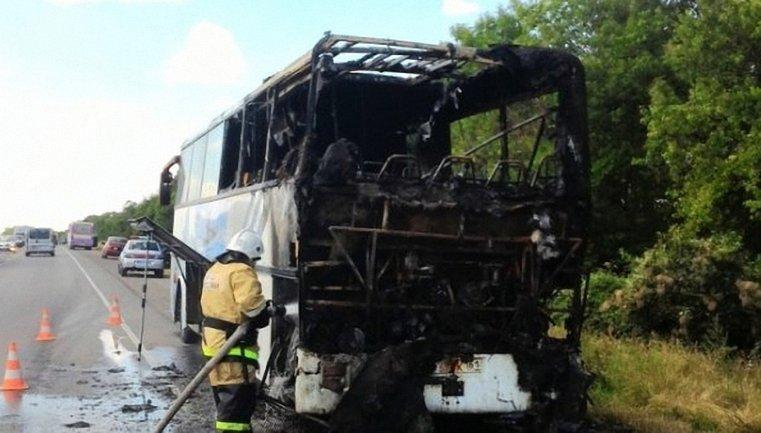 Передняя часть автобуса полностью сгорела - фото 1