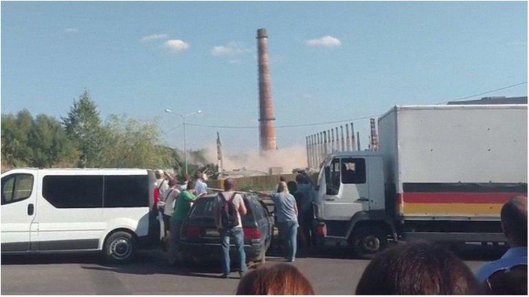 Коммунальщики во второй раз попытались взорвать трубу на территории Львовского изоляторного завода - фото 1