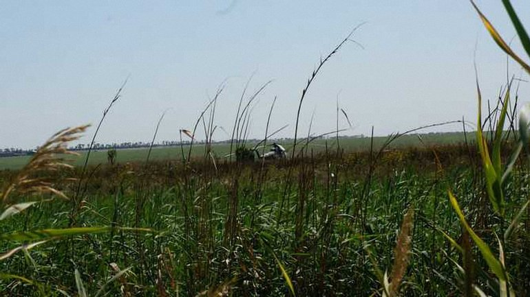 Летчикам пришлось сесть в поле из-за того, что они зацепили линию электропередач - фото 1