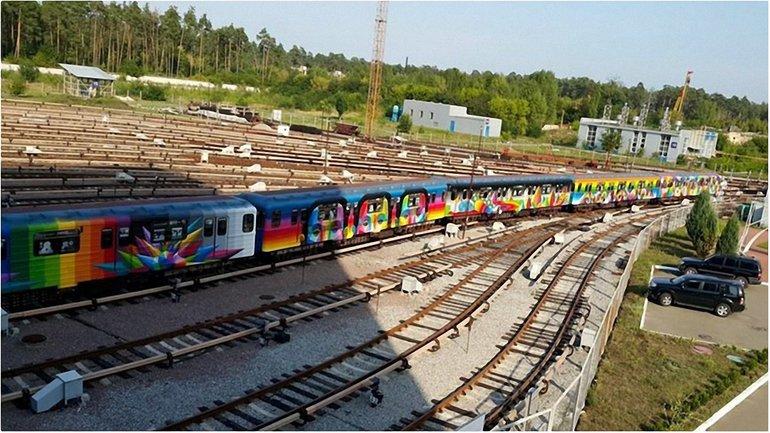 Поезд-мурал будет курсировать по зеленой ветке Киевского метрополитена  - фото 1