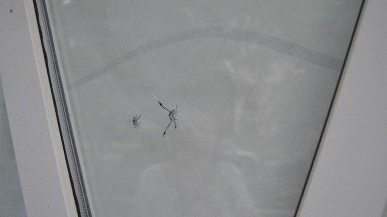 Две пули из пяти попали в стекла офиса телеканала - фото 1