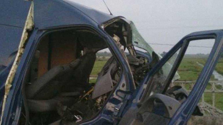 Авто с семью пассажирами врезалось в бетонный отбойник - фото 1