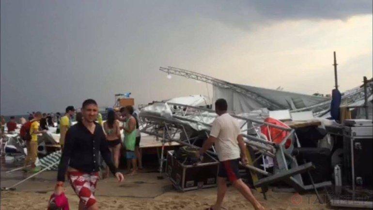 Один человек погиб из-за удара молнии, ещё одного, вероятно, унесло в море - фото 1
