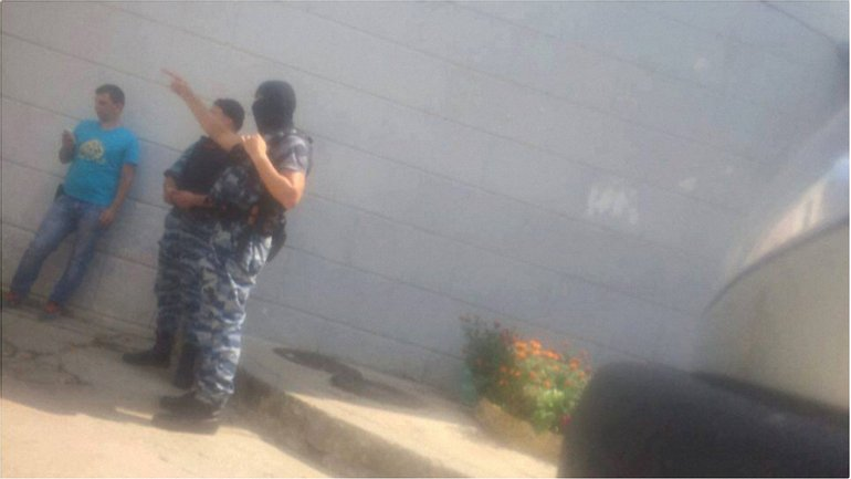 Оккупанты проводят обыски - фото 1