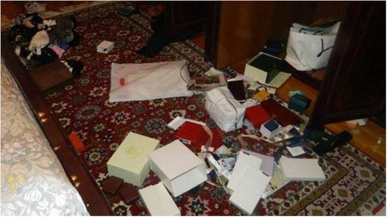 Полицейские показали фото ограбленной квартиры генерала Кузьмука - фото 1