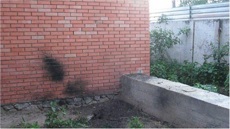 Во дворе жилого дома в Каменском случился взрыв - фото 1