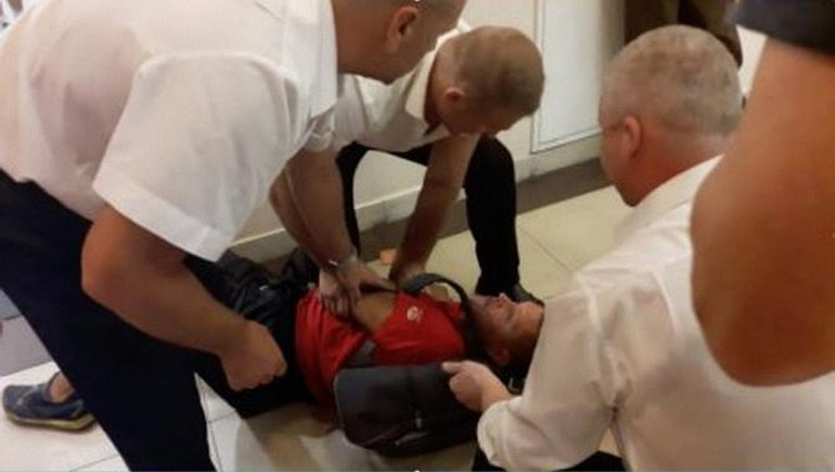 Охранники избили парня за то, что он взял в руки мыло. - фото 1