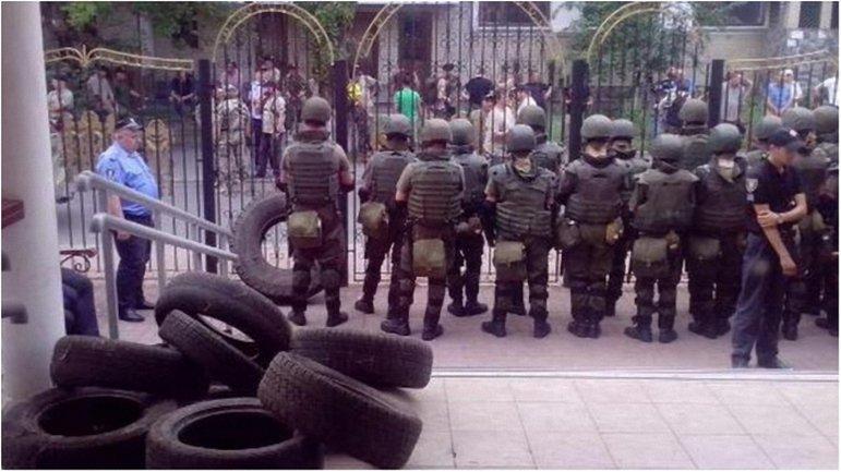 Полицейские продолжают охранять порядок под зданием Оболонского суда - фото 1
