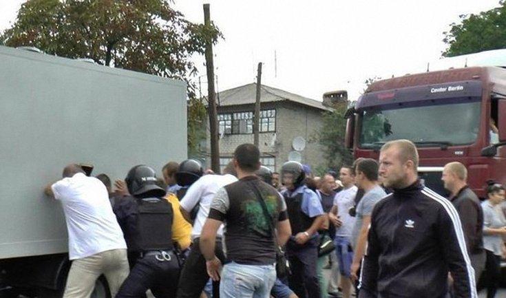 Жители поселка хотят учинить самосуд над полицейскими - фото 1