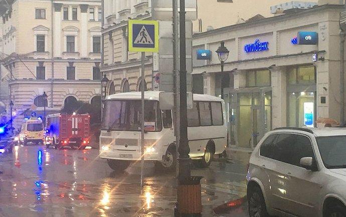 Полицейские взяли в оцепление захваченное отделение банка - фото 1