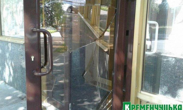 Во время драки цыгане разбили дверь государственной регистрационной палаты Управления юстиции - фото 1