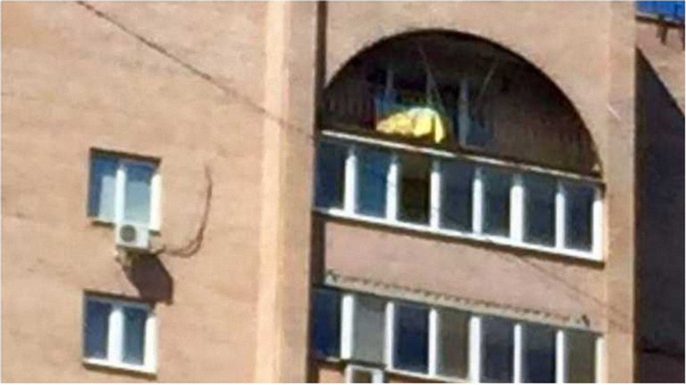 """Флаг Украины над окнами """"Моторолы"""" порадовал патриотов в Донецке - фото 1"""