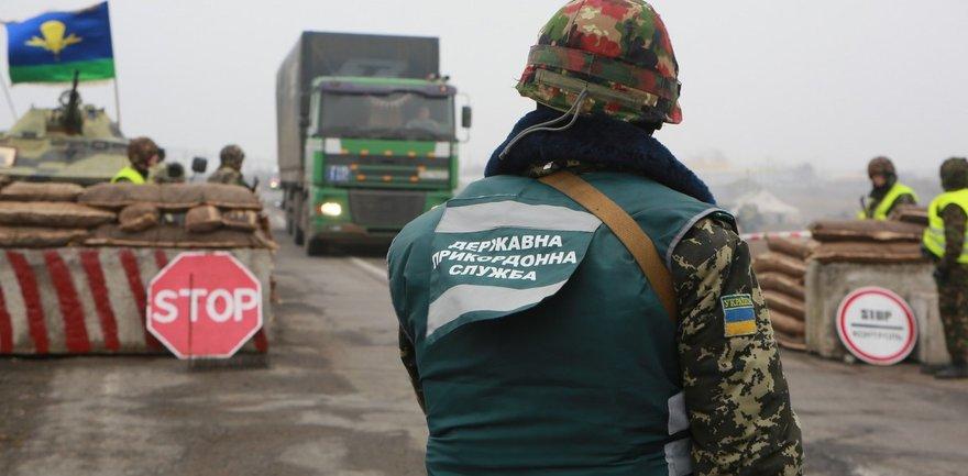 """Ночью КП """"Марьинка"""" на Донбассе обстреляли из гранатометов - фото 1"""