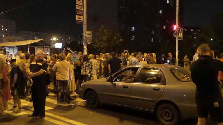 Активисты перекрыли трассу, требуя отменить разрешение на застройку, разрушающую станцию метро - фото 1