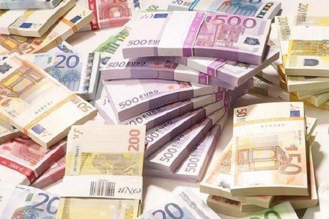"Двух ""курьеров"" конверт-центра задержали в банке с 2 млн гривен - фото 1"