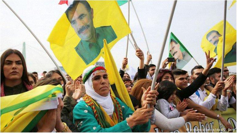 Курды требовали освободить их лидера Абдуллу Оджалана - фото 1