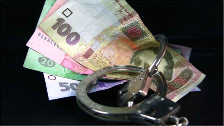 Чиновник получил взятку от подчиненной за перевод в другой госорган  - фото 1