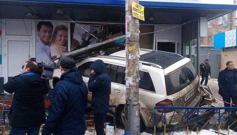 Авто 22-летнего мажора протаранило здание, сбив насмерть женщину - фото 1