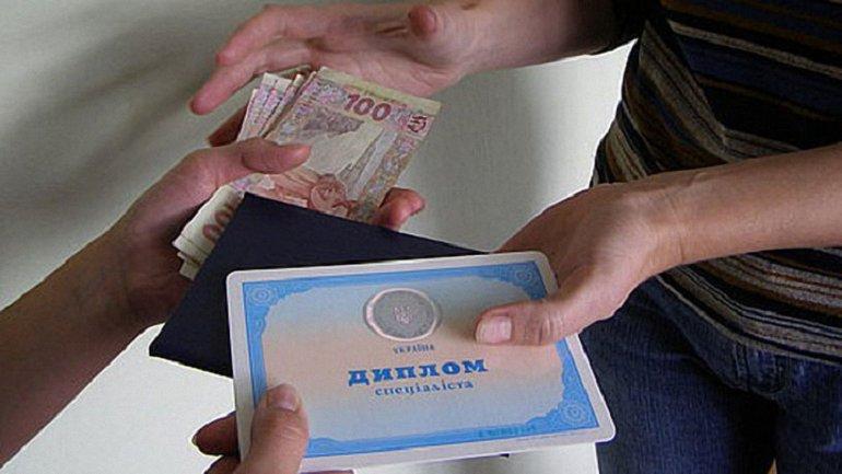 Фальшивые дипломы она продавала по 11 тысяч гривен - фото 1