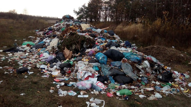 Жители окрестных сел обнаружили незаконную свалку мусора из Львова - фото 1