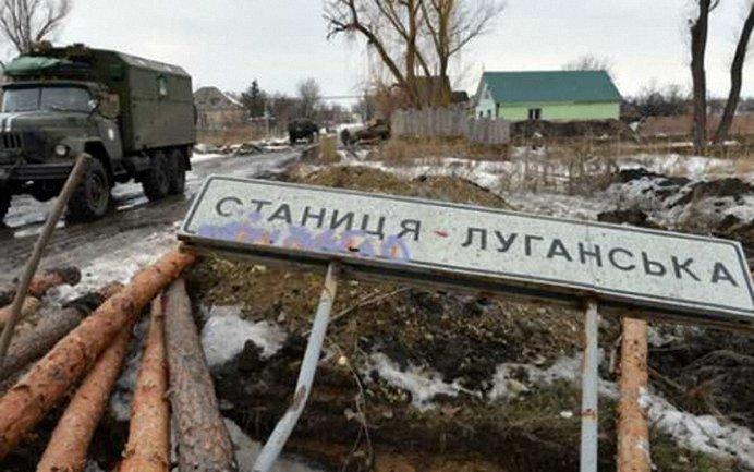 Боевики перевозят стройматериалы к своим позициям у Станицы Луганской - фото 1