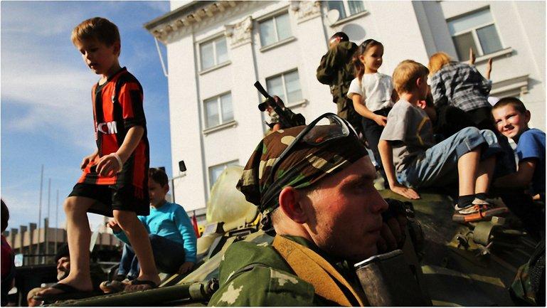 Украинских детей из приемных семей с Донбасса вывозят в Россию  - фото 1