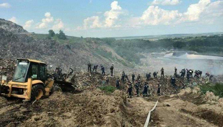 Из-за обвала мусора во время пожара на Грибовичской свалке погибли четыре человека - фото 1