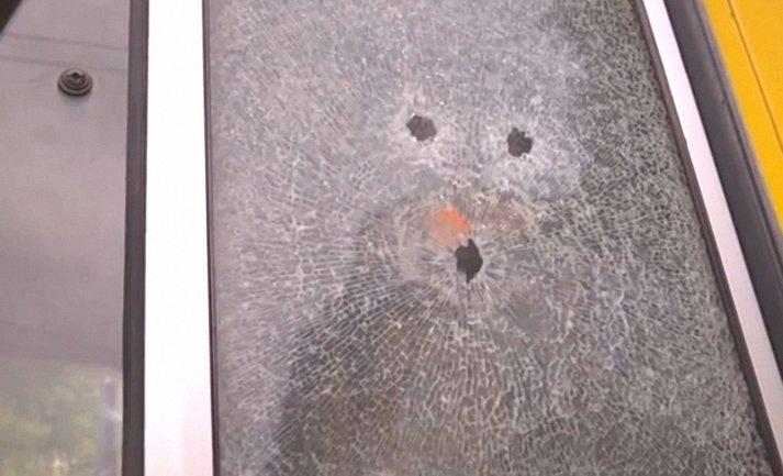 Злоумышленник несколько раз выстрелил в окно маршрутного такси - фото 1