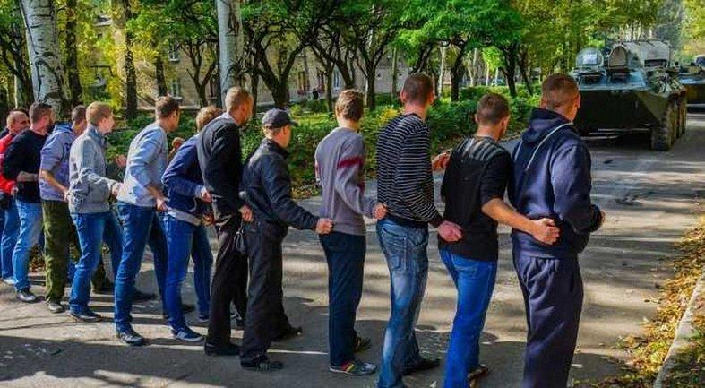 Боевики выгнали студентов на обучение остановке бронетехники без оружия - фото 1