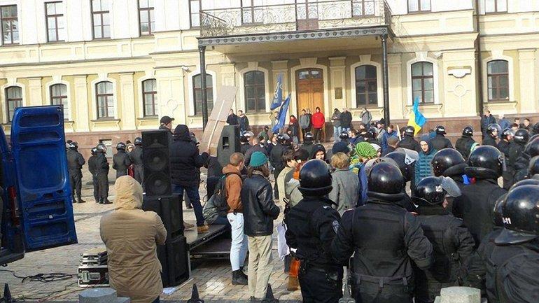 На митингующих напали несогласные с ними активисты - фото 1