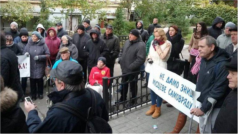Сами чиновники тоже участвуют в митинге - фото 1