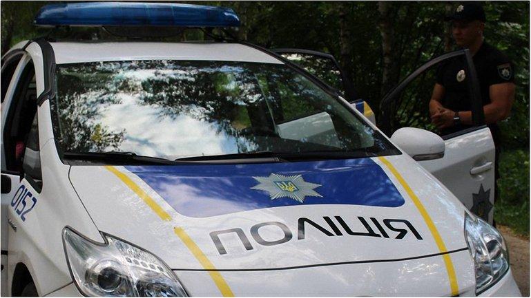Полиция доставила в участок 8 человек - фото 1