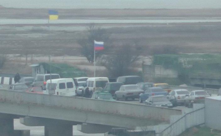 Российские пограничники смотрели, как работники СБУ задерживают военных-предателей - фото 1