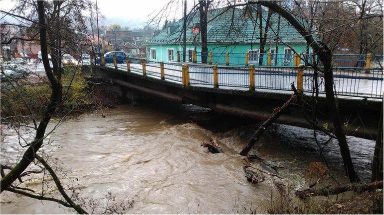 Стихия повредила мост в Сваляве - фото 1