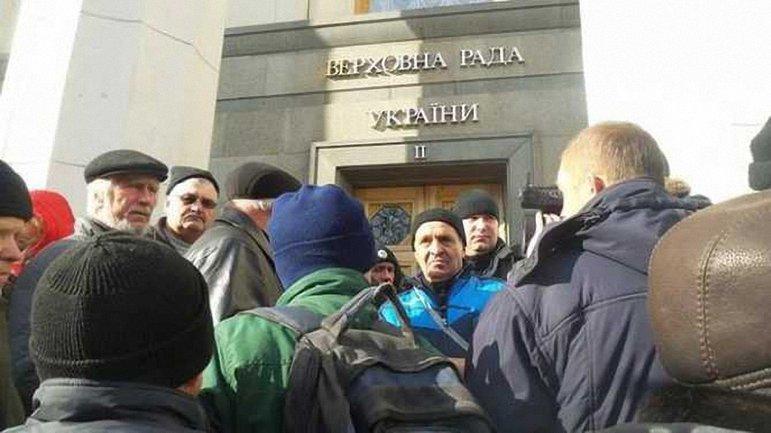 Протестующие попытались прорвать кордон правоохранителей - фото 1