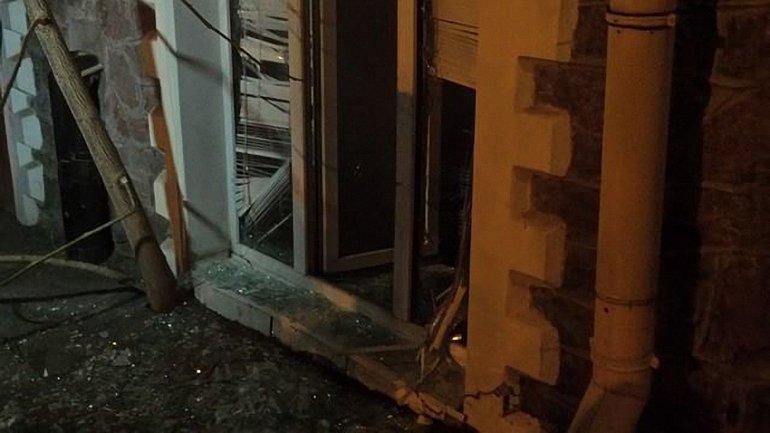 """Офисе """"Украинского выбора"""" забросали камнями и петардами - фото 1"""