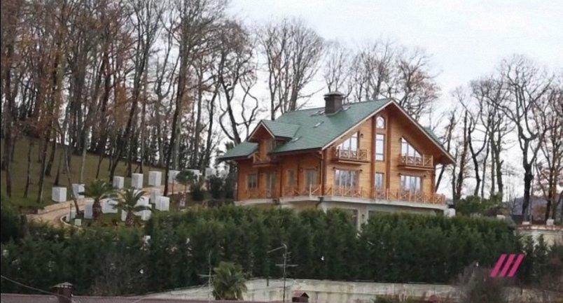 Журналисты показали дом Януковича в Сочи - фото 1