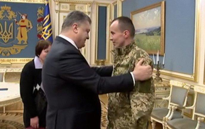 Президент поздравил бойца с возвращением домой - фото 1