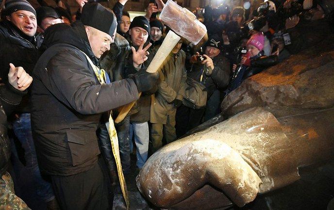 Снос памятника Ленину в Киеве - фото 1