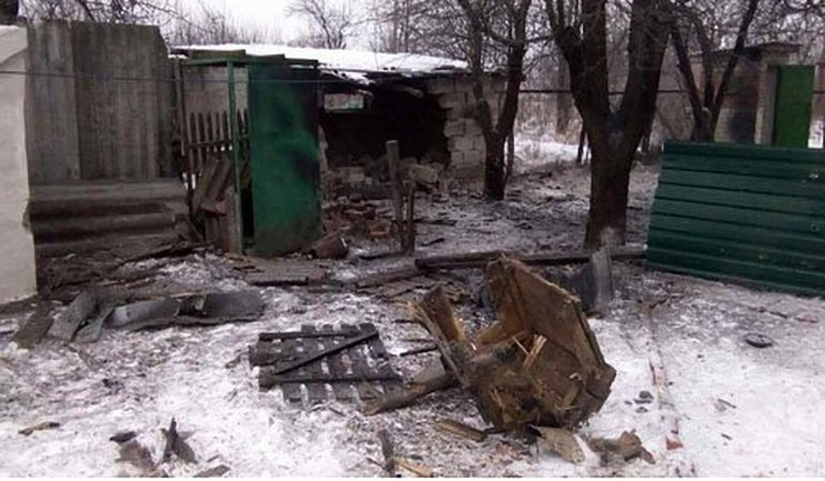 В результате обстрела Авдеевки разрушено множество домов - фото 1