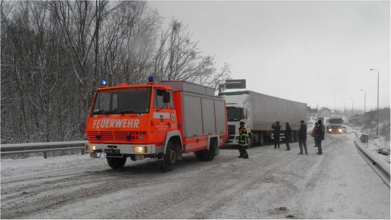 Движение транспорта остается ограниченным на двух дорогах в Одесской области - фото 1